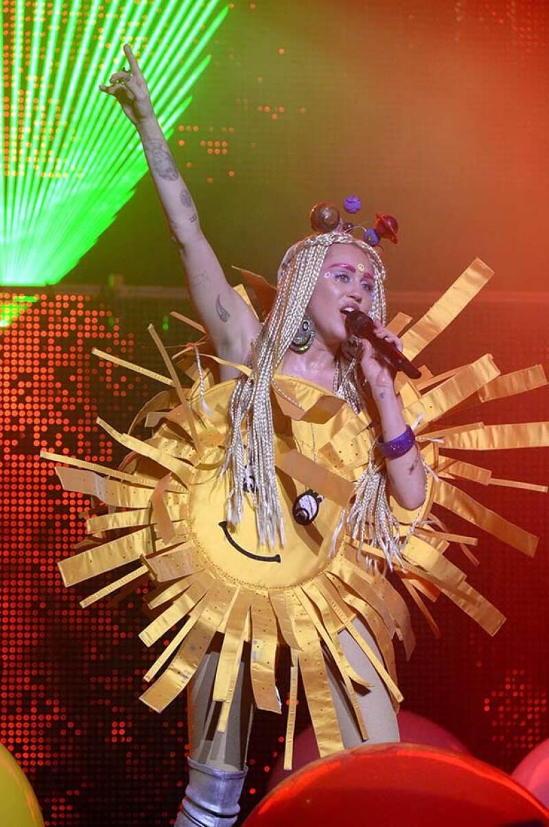 Hace unos días, Miley se mostró así en un concierto en Los Ángeles.