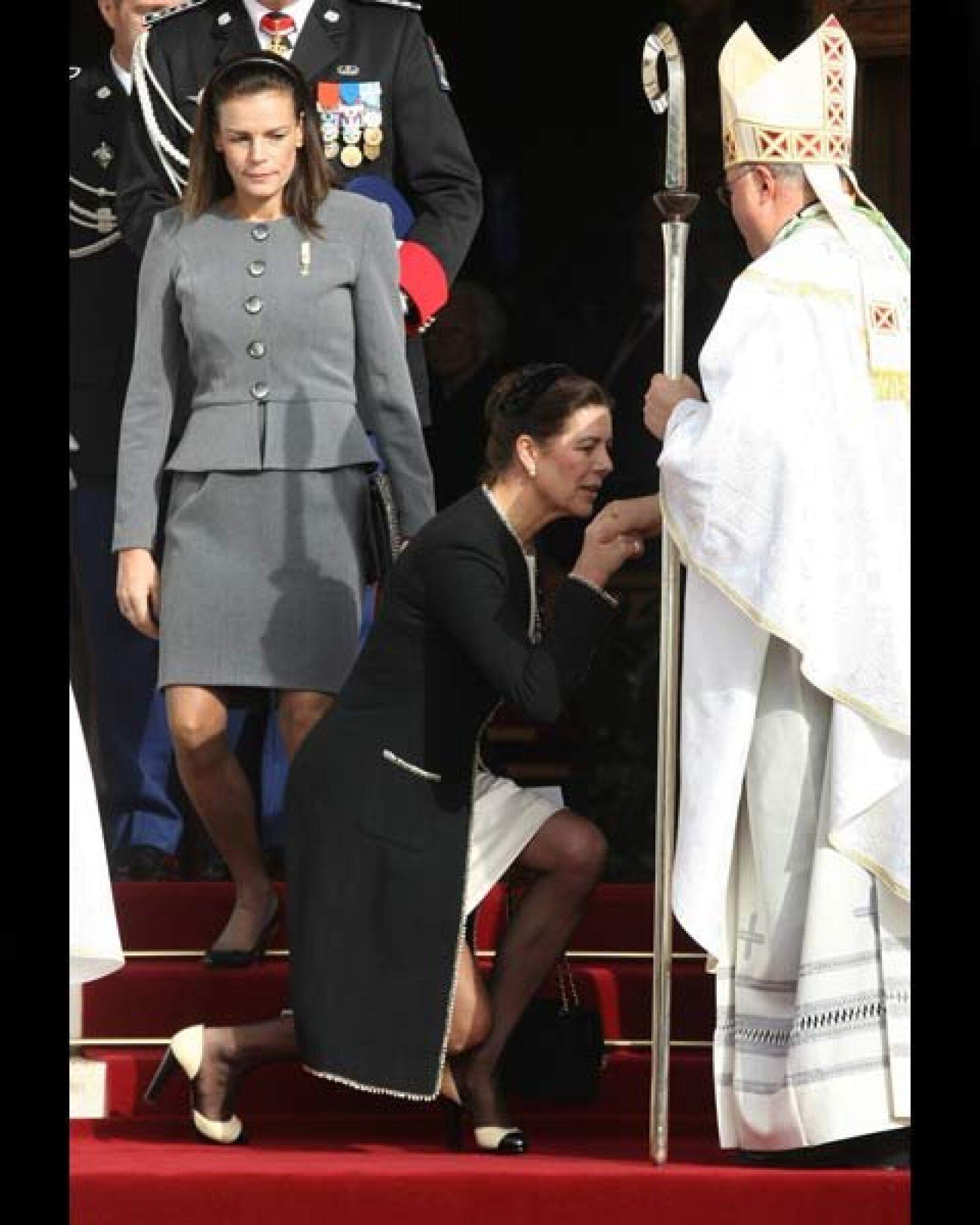 La princesa Carolina de Hanover besando la mano del arzobispo Bernard Barsi.