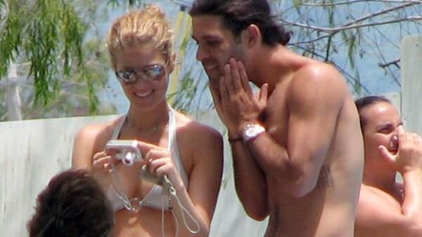 Jaydy Michell y Rafa Márquez durante unas vacaciones recientes en la playa.