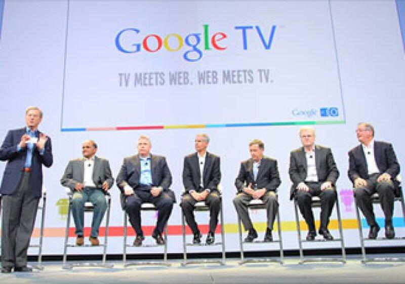 Eric Schmidt (izq.) dio a conocer a Google TV con seis socios presidentes ejecutivos. (Foto: CNNMoney)