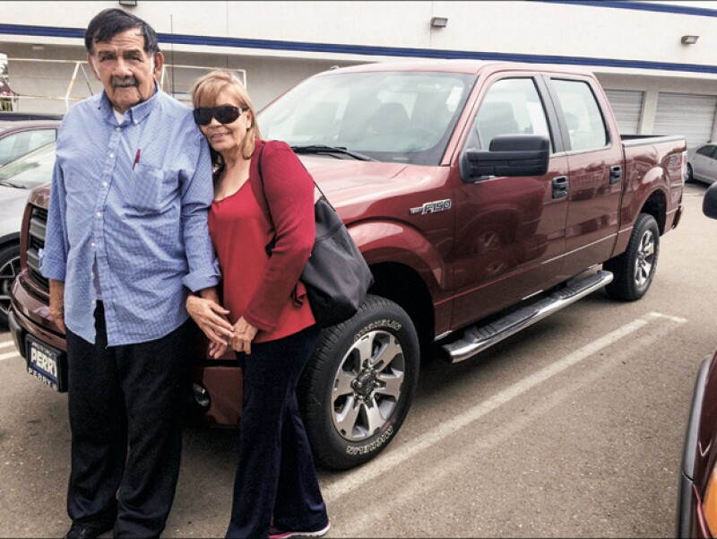 Los padres de Rafa posan orgullosos con el regalo que el actor le hizo a su papá después de su operación.