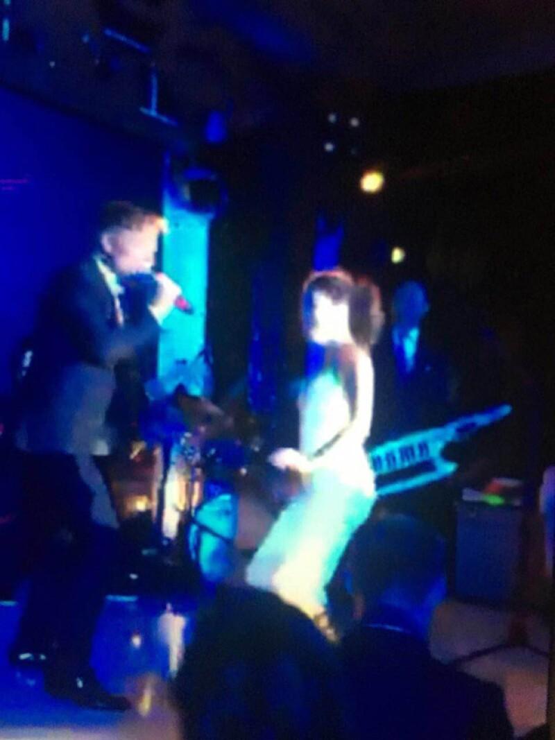 Ricky se subió al escenario para cantar La Vida Loca junto a Eva Longoria.