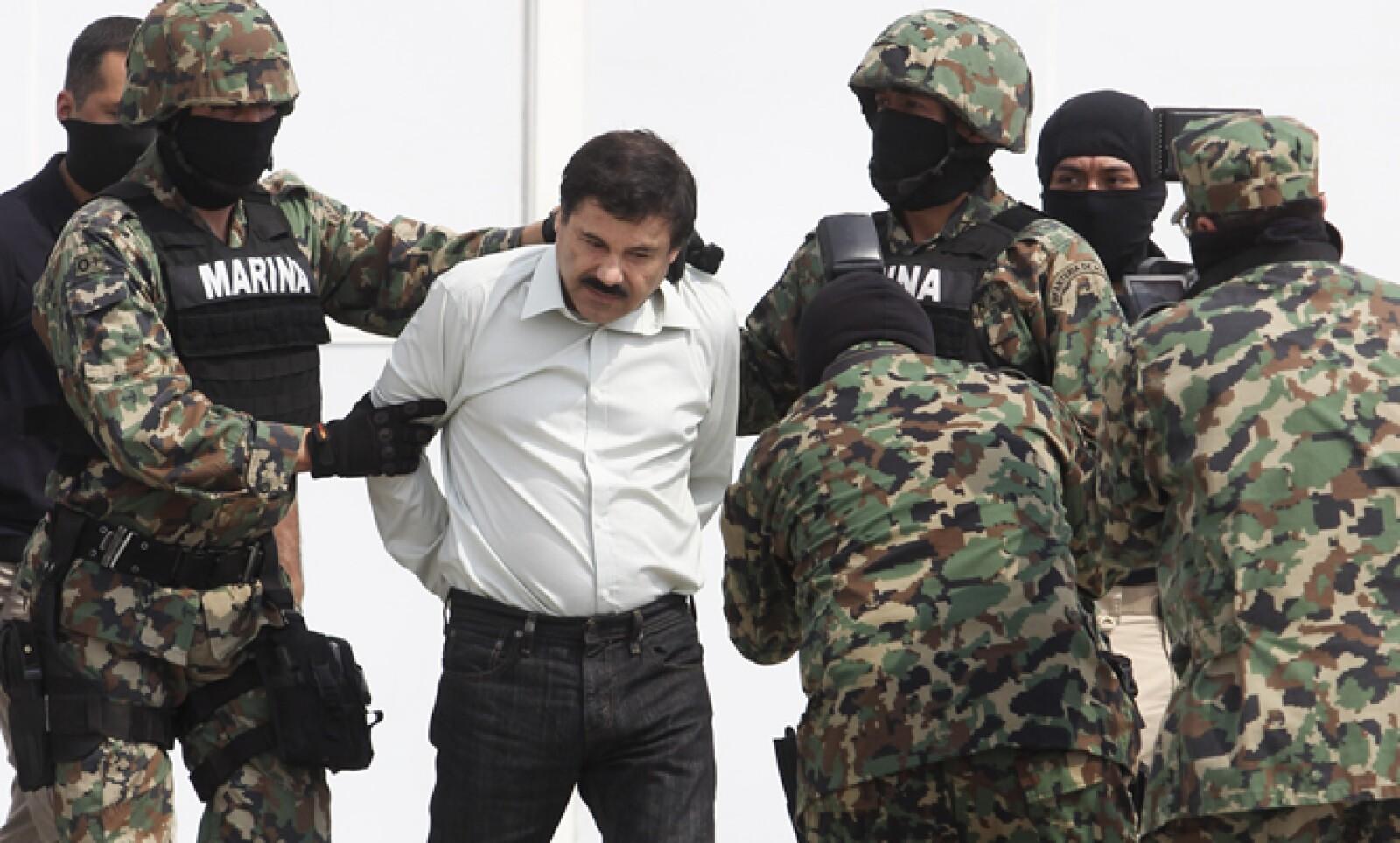 Las autoridades presentaron a Guzmán Loera en el hangar de la Secretaría de Marina.