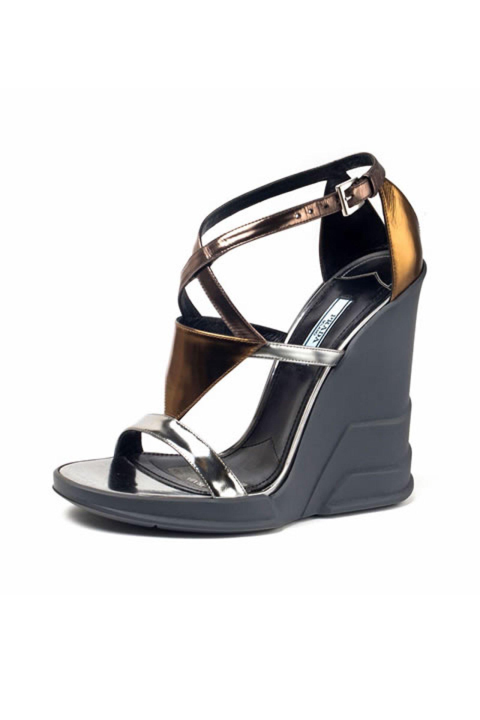 Si mantenemos la cabeza baja durante el desfile de Prada, no es porque la colección sea mediocre, sino porque sus zapatos nos roban la mirada.