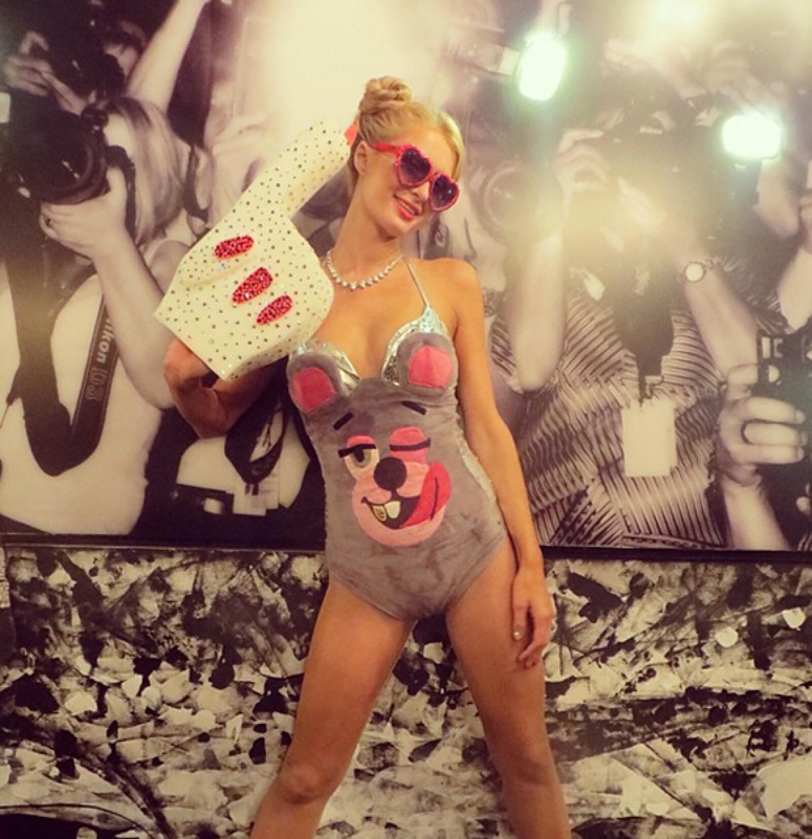 Es evidente que iba a suceder. Sí, Miley Cyrus ya tiene su propio disfraz de Halloween y a quien le quedó como anillo al dedo fue a Paris Hilton. Tampoco es que veamos mucha diferencia entre las dos.