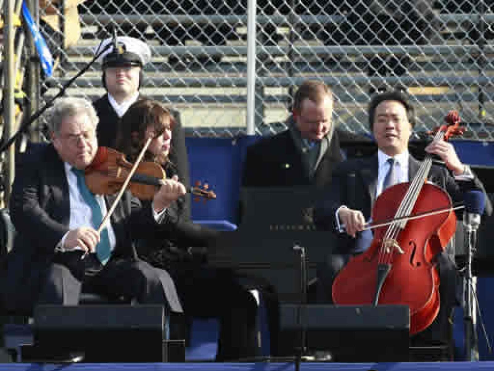 El violinista Itzhak Perlman y el chelista Yo-Yo Ma actuaron junto con el clarinetista Anthony McGill en la toma de protesta.