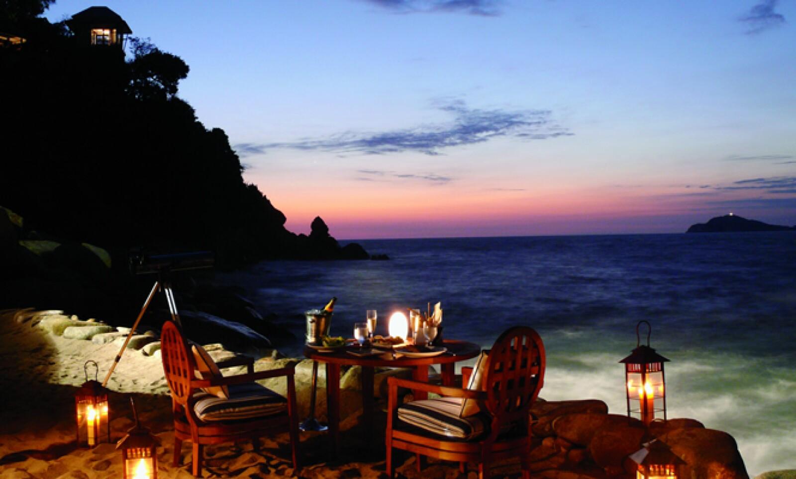 Una cena para dos al aire libre es sólo una de las muchas ideas que este hotel ofrece a través de un concierge especializado en a parejas.
