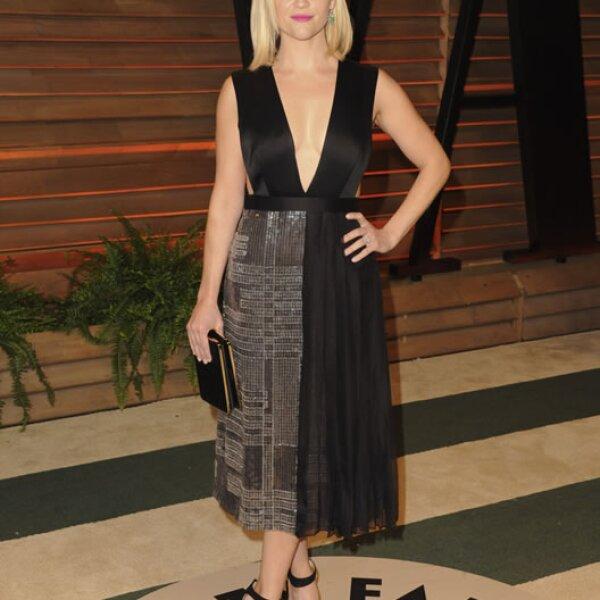 Reese Witherspoon apostó por un corte en A con escote al frente.