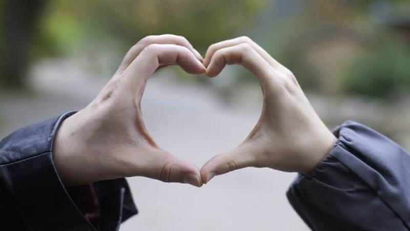 corazon formado con dos manos