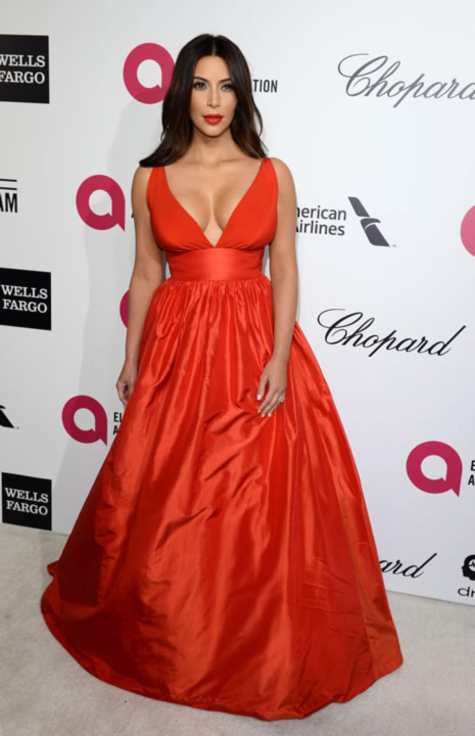 Es raro ver a Kim Kardashian sin tacones, y es que sin ellos su estatura real es de 1.59 metros.
