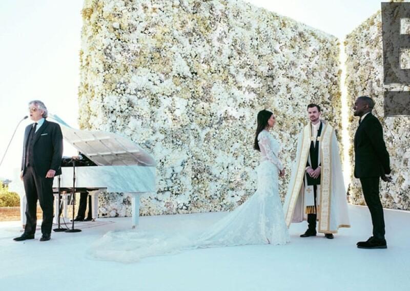Kim y Kanye se veían emocionados y muy felices al pie del altar de rosas. Su amigo el pastor Rich Wilkerson Jr. los declaró marido y mujer.