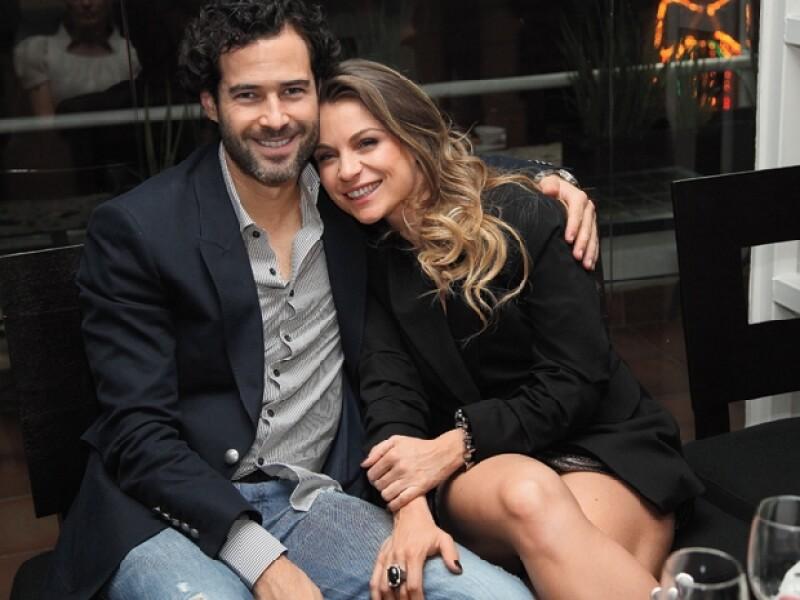 Por meses la pareja negó su romance, sin embargo, tuvo que reconocerlo públicamente a finales de 2010, cuando las muestras de amor y la complicidad entre ellos ya eran muy evidentes.