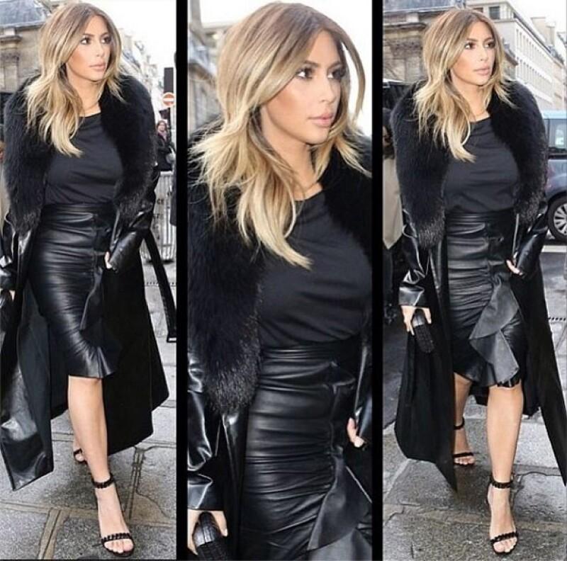 Kim Kardashian fue captada luciendo este total black mientras hacía compras en tiendas exclusivas en París.