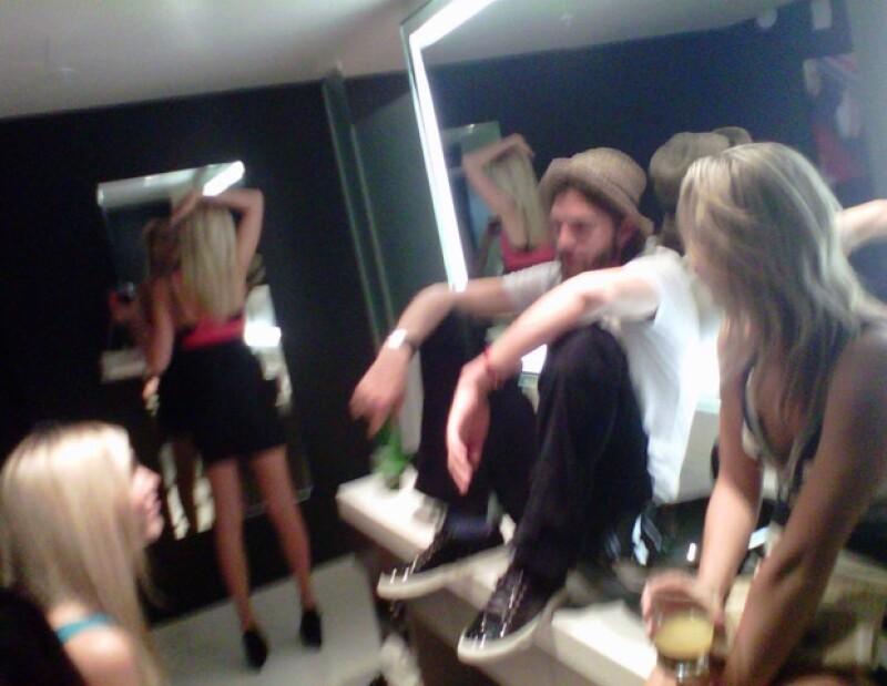 Ashton fue captado durante una fiesta donde estuvo con diversas mujeres, entre ellas Sara Leal.