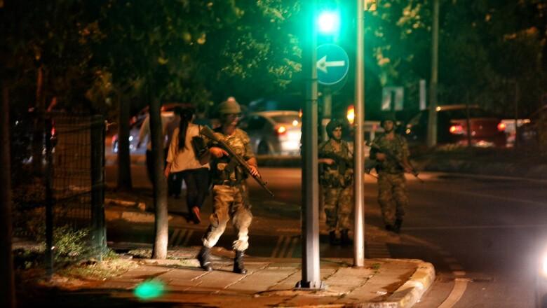 El Ejército de Turquía anunció este viernes que han impuesto la ley marcial y que ha tomado el control del gobierno.
