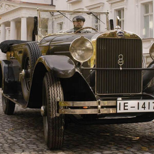 Los carruajes de caballos tenían el cochero a la diestra del auto. En 1921, Audi introdujo la conducción en la izquierda, que permite mejor visibilidad. Esta idea quedó establecida a finales de la década de 1920. En la foto, un Imperator 1927.