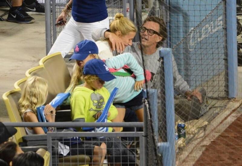 La pareja coqueteó frente a los hijos de la actriz.