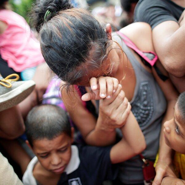 Hasta el punto fronterizo han llegado centenares de hondureños, con muchas mujeres y niños.