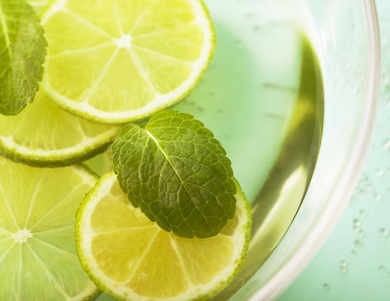 Además de ayudar con la digestión, beber agua con limón ayuda a perder peso y a acelerar el metabolismo.