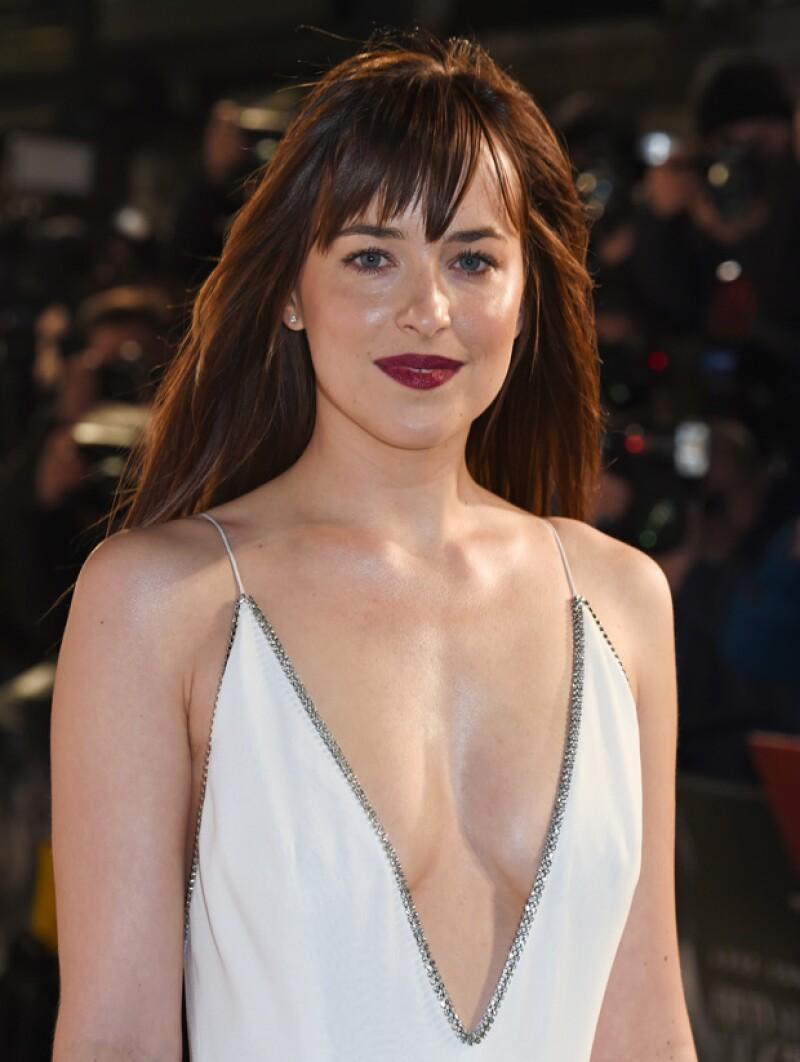 Esta tarde en Londres se lleva a cabo la premier de la película más esperada del año en la que su protagonista lució un sexy y escotado vestido que robó las miradas de la gray carpet.