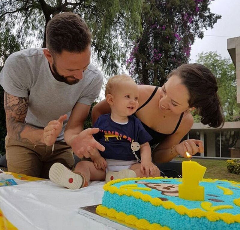 El futbolista mexicano y su esposa decidieron festejar por adelantado el cumpleaños de su primogénito.