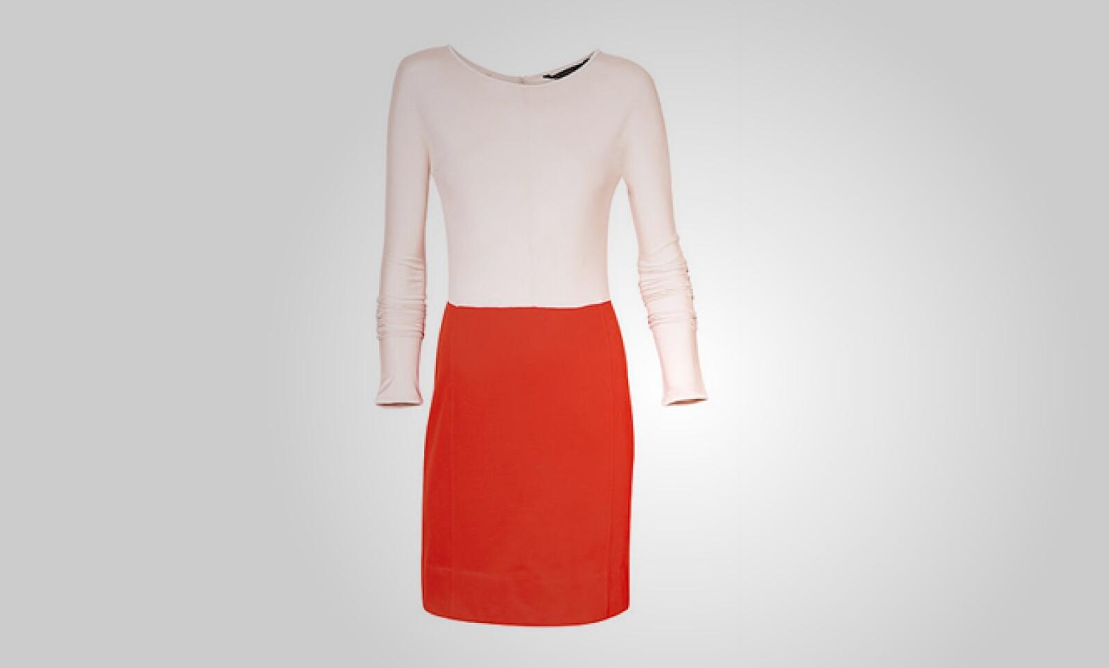 Un conjunto clásico de blusa y vestido rojo, ideal para mantener el estilo casual en la oficina.