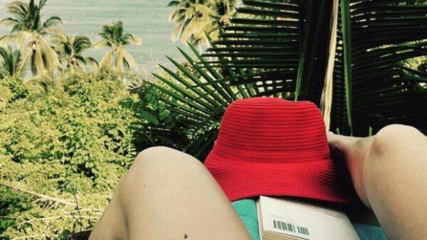 La actriz compartió una foto en la que muestra un fuerte moretón en su pierna durante sus vacaciones en Puerto Valllarta, ocasionada por varios perros.
