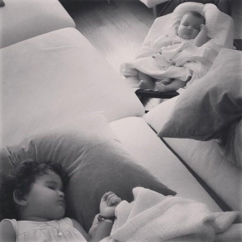 Las adorables hijas de Aarón Díaz y la guapa argentina parecen estar coordinadas, y es que su mamá captó en video el momento previo a que ambas cayeran en los brazos de Morfeo.