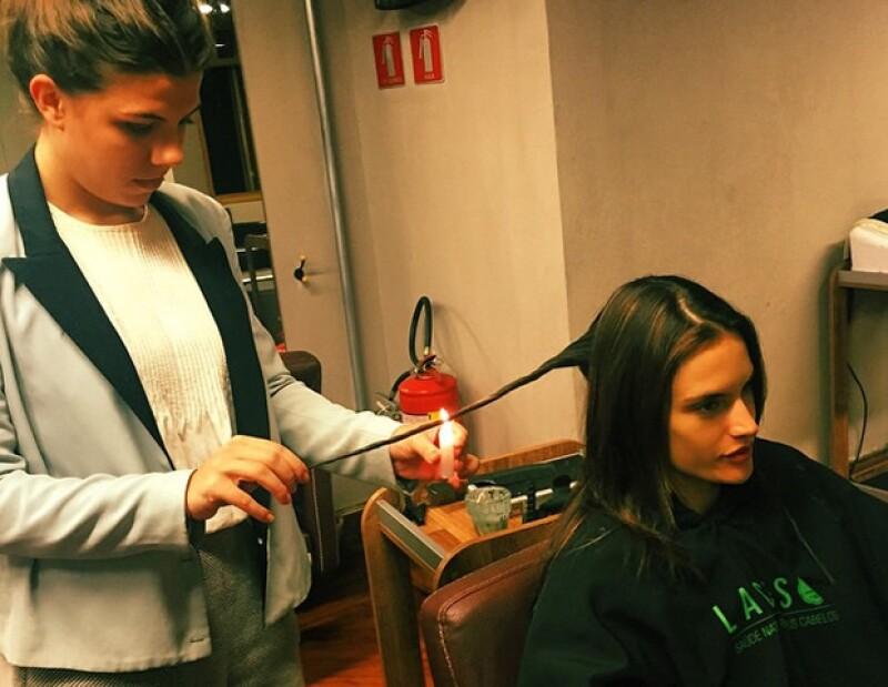 Alessandra Ambrosio compartió en su cuenta de Instagram una foto donde le están haciendo la velaterapia.