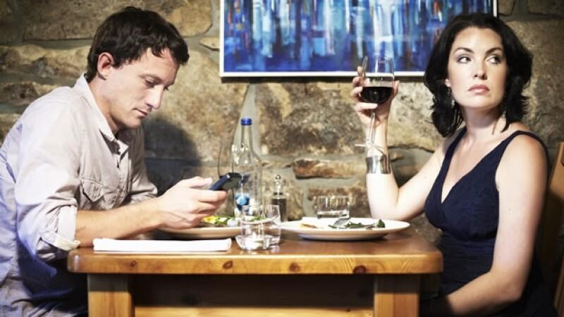 pareja molesta por el uso del celular