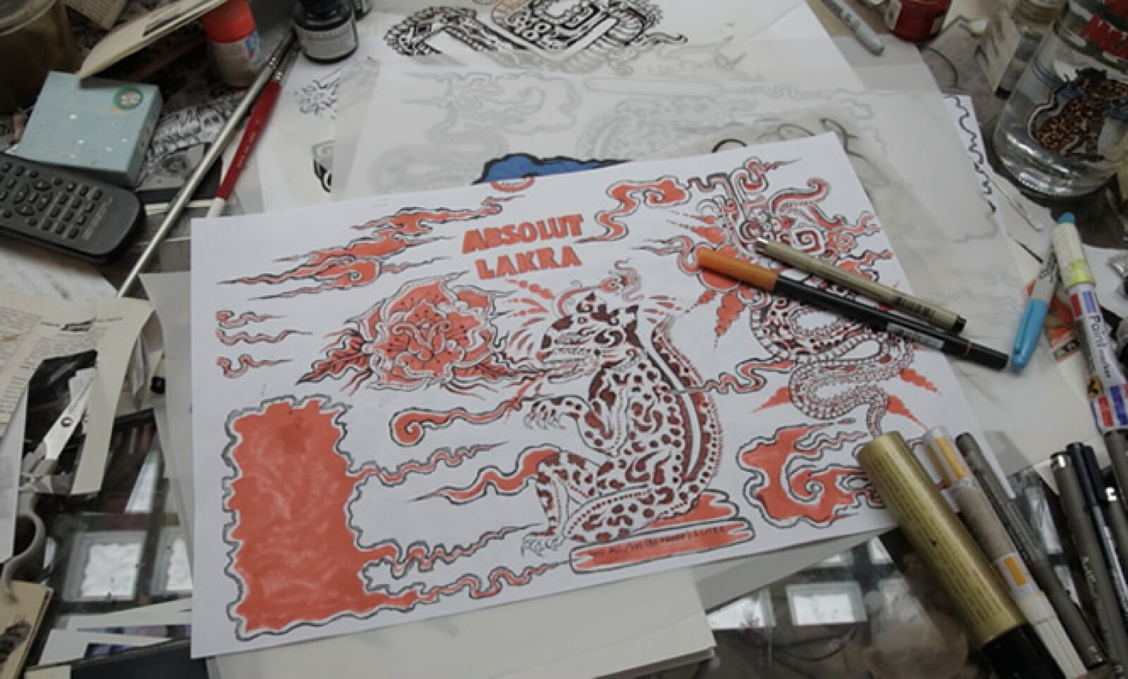 En la botella, el artista le rinde tributo a tres símbolos importantes de la cultura maya: el jaguar, la serpiente emplumada o Kukulkán y al dios del viento, la tormenta y el fuego, representado por la palabra Hurakan.