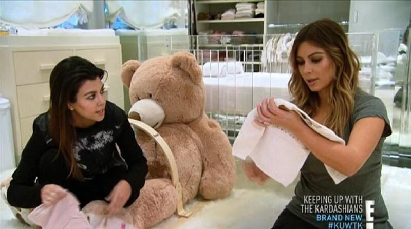 Un capítulo antes de que se transmitiera el compromiso, Kim apareció luciendo su anillo mientras seleccionaba ropa para su bebé.