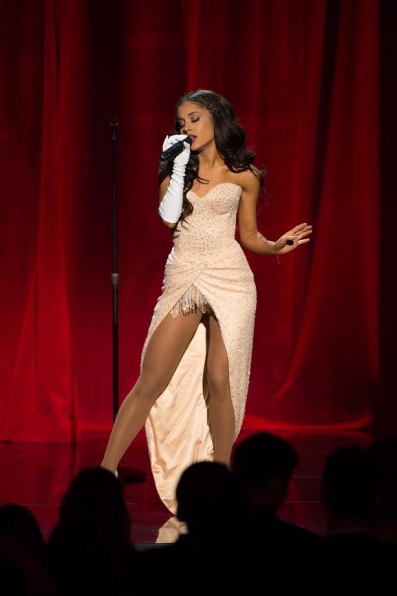 Ariana lució un outfit que se fue quitando para quedarse en un bodysuit.