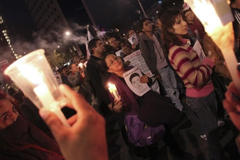 Marcha del Ángel de la Independencia en favor de los estudiantes desaparecidos y para exigir a las autoridades su aparición.