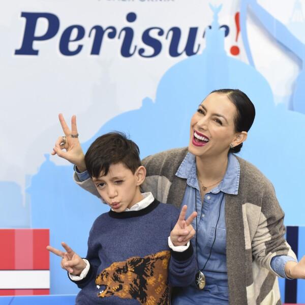 Claudia Lizaldi y su sobrino.jpg