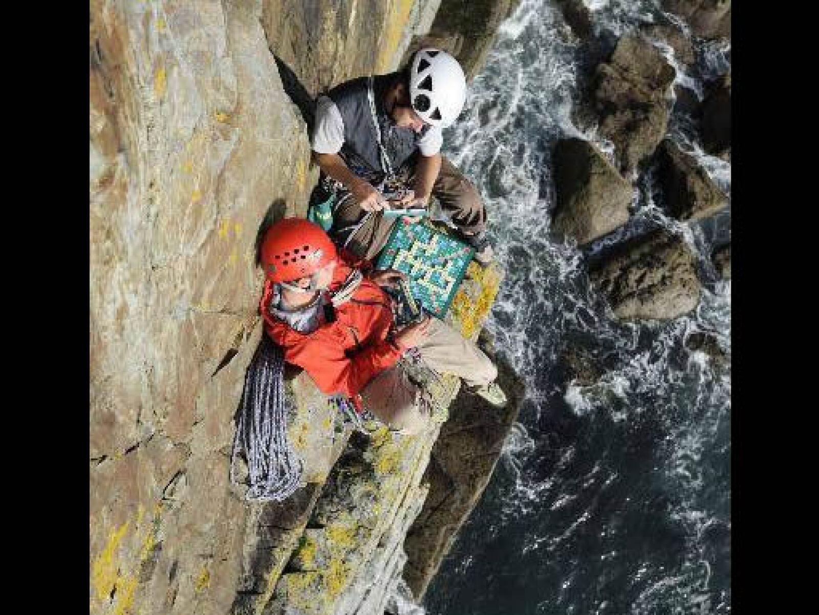 Los escaladores Jon Ratcliffe y Steve Franklin, estuvieron literalmente al límite cuando jugaron una partida de Scrabble sobre un precipicio sobre el mar en Anglesey, Gales. Estuvieron a más de 60 metros sobre el océano.