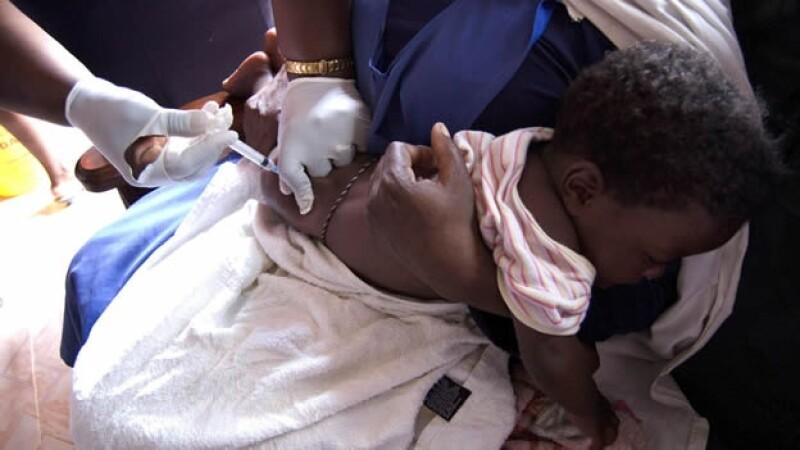Ninio es inyectado contra tuberculosis