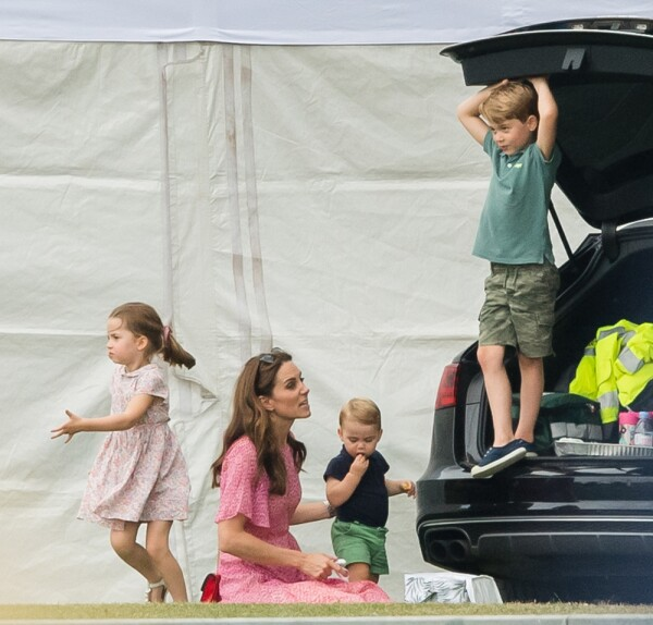 Kate Middleton y sus tres hijos durante el juego de polo de William