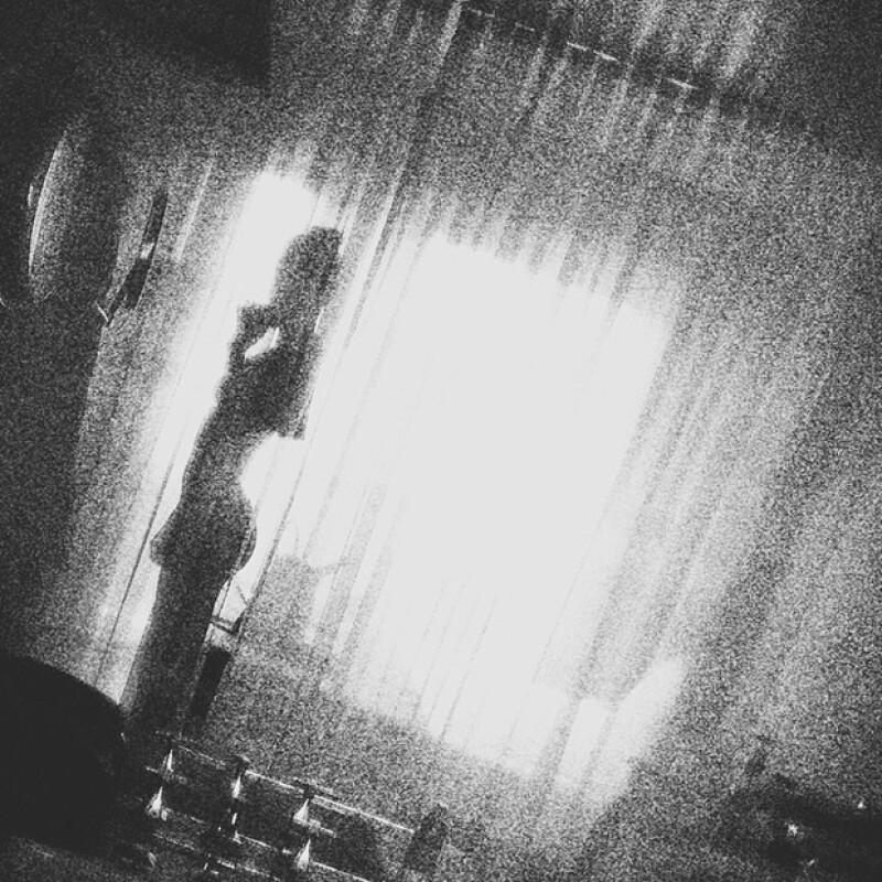 La calidad de la foto no es la mejor pero puede apreciarse la figura de Kendall detrás de la cortina.