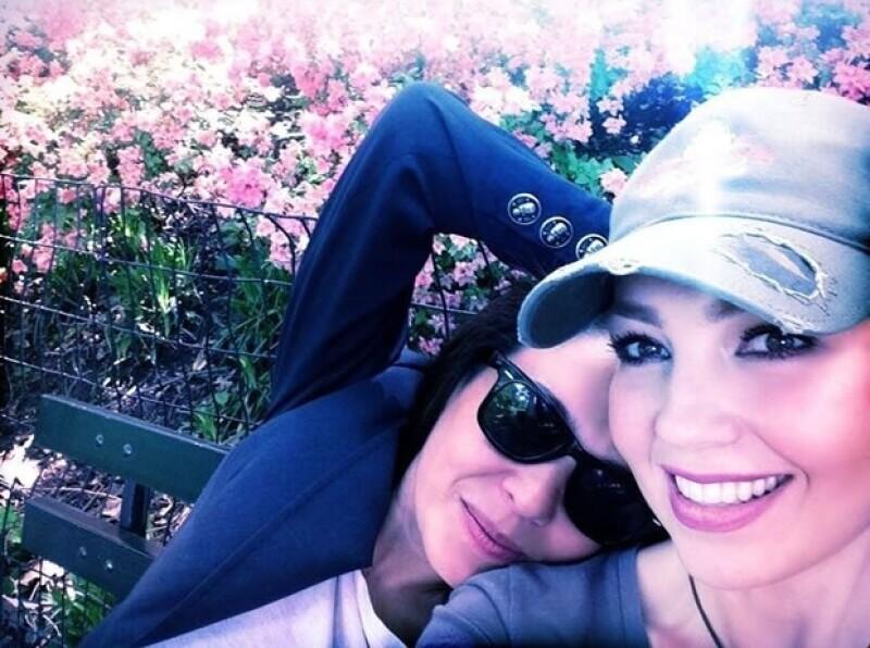 Yolanda y Thalía en el parque.
