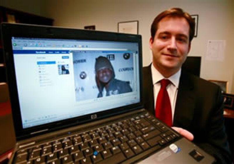 El fiscal federal Michael Scoville muestra parte de la página de Facebook y una foto del fugitivo Maxi Sopo. (Foto: AP)