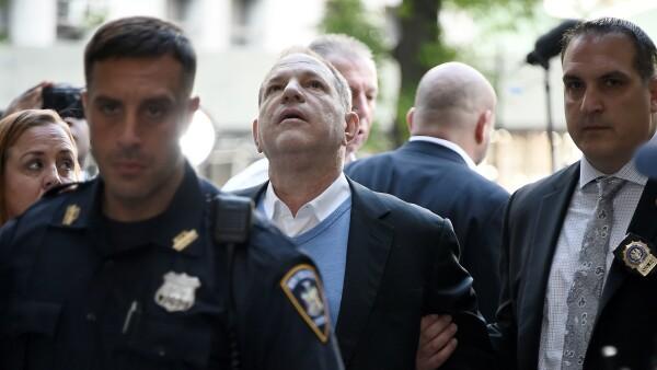 Por cargos de violación, Harvey Weinstein es arrestado