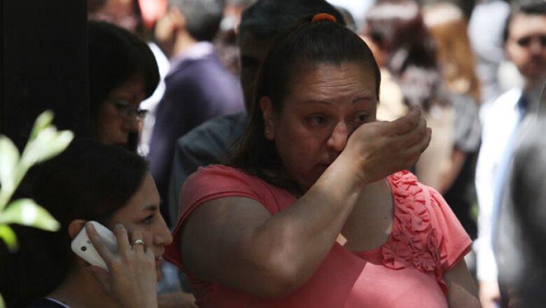 """A través de su cuenta de Twitter, el presidente Felipe Calderón indicó que el sistema de salud opera con normalidad, """"salvo algunos vidrios rotos y otros daños menores""""."""