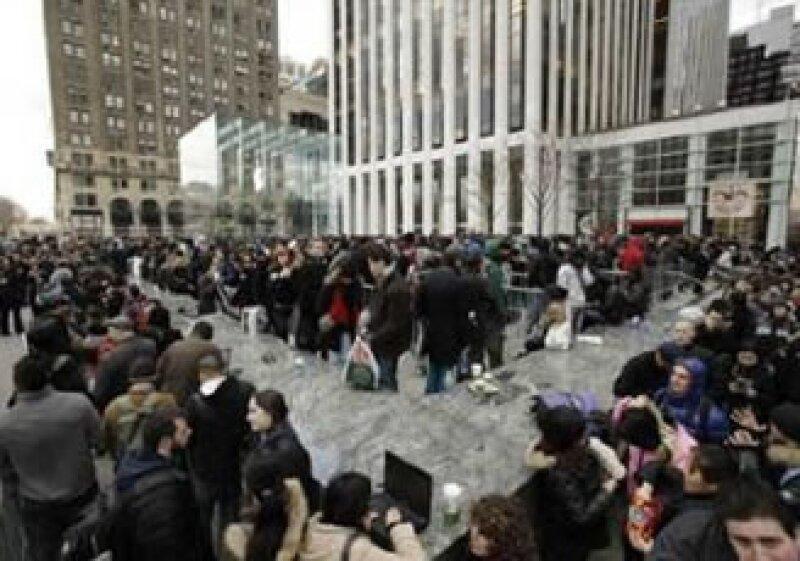 Cada mañana, una multitud de compradores se reúne afuera de las tiendas Apple, a más de dos semanas del lanzamiento. (Foto: Fortune)