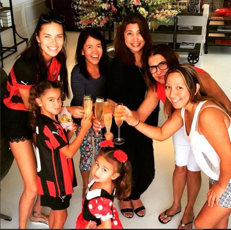 Adriana Lima celebró rodeada de su familia y algunas amigas.