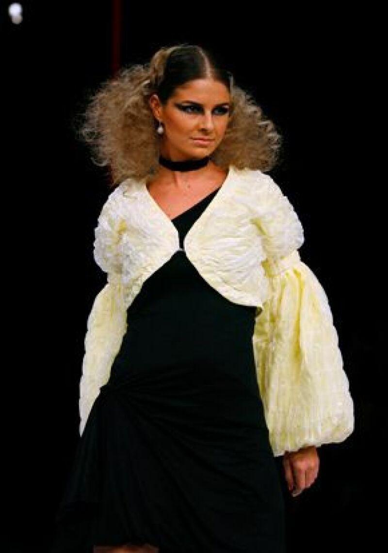 Dos de las chicas del grupo juvenil y la modelo Cecilia Galiano hicieron una sorpresiva aparición en la pasarela del diseñador español Abel Ibáñez.