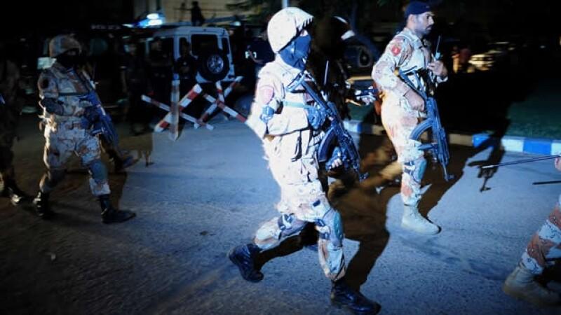 Elementos de seguridad de Pakistán acuden al aeropuerto donde un grupo de militantes abrió fuego contra pasajeros