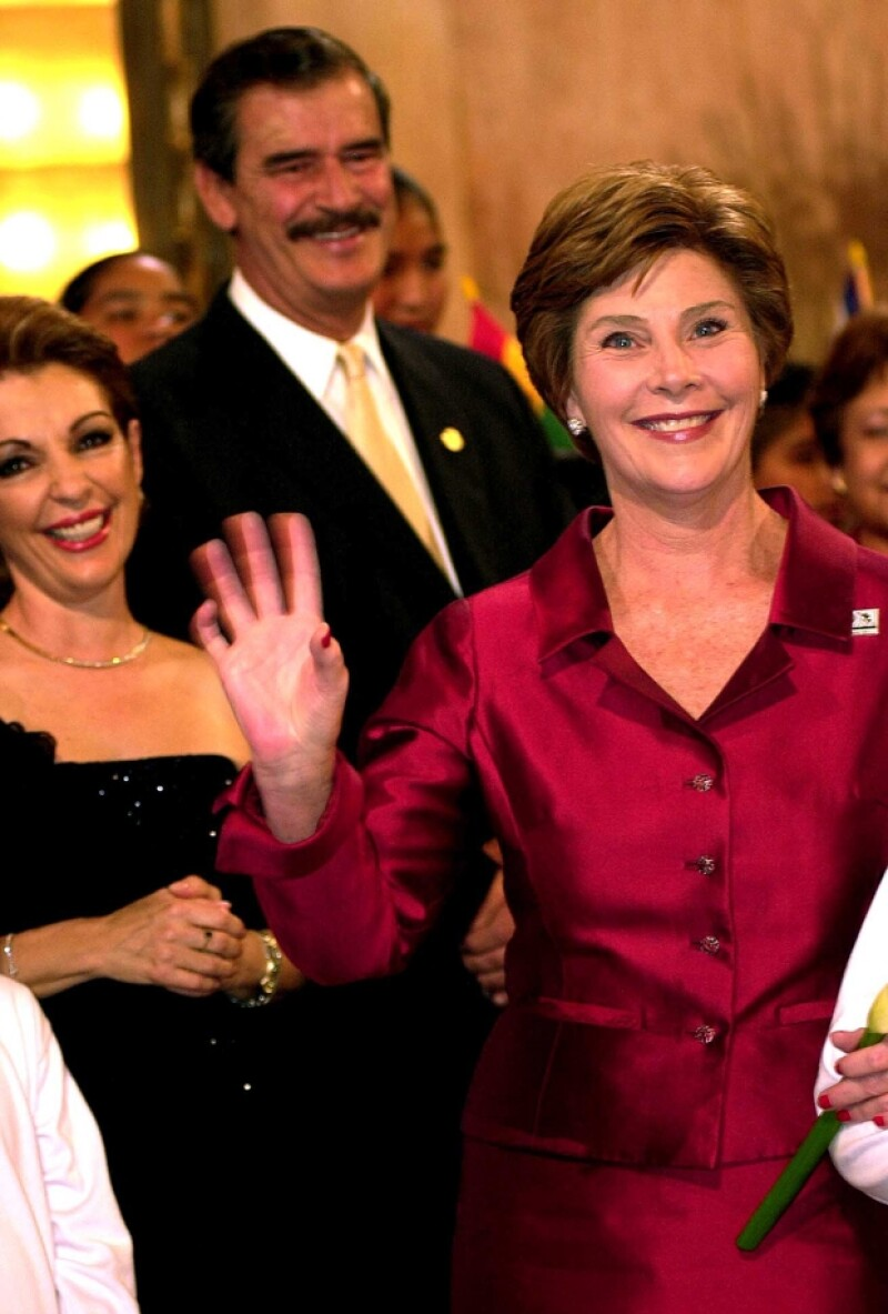 La primera dama de Estados Unidos, Laura Bush, protagonizó un momento único al quedar desprotegida sin sus escoltas en el lobby de Bellas Artes, una vez que su equipo de seguridad se había extraviado en los túneles.