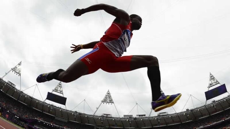 atleta de triple salto participa en los juegos olimpicos