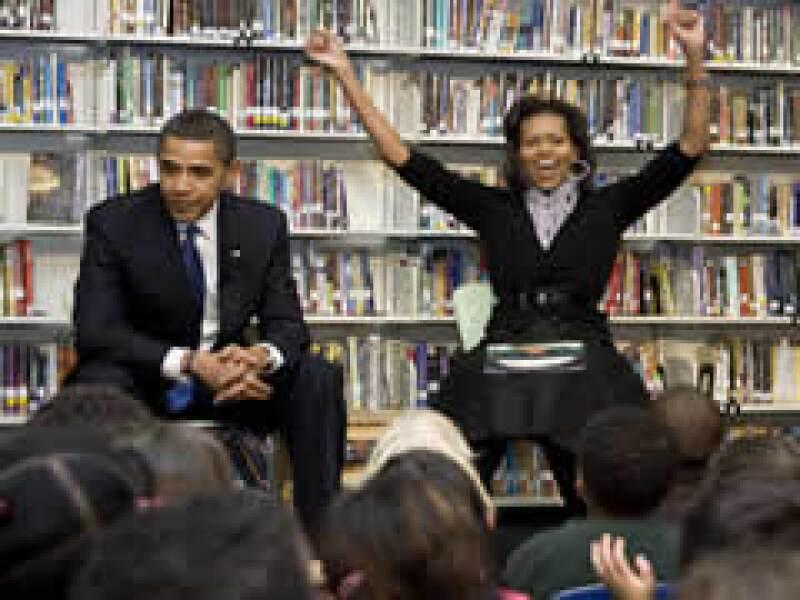 Obama y su esposa Michelle acudieron el martes a una escuela en Washington. (Foto: Reuters)